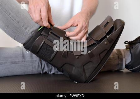 orthosis physiotherapist adjusting create gibs splint rails - Stock Photo