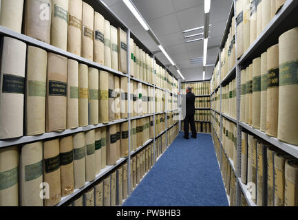 15 October 2018, Thuringia, Jena: An employee stands at the shelves in the historical examiner's room of the Jena office of the German Patent and Trade Mark Office. The East German branch of the Patent Office in Munich has been in existence for 20 years. The settlement was decided by the Federalism Commission in 1992. Since then, the employees have been responsible for design protection and, together with Munich, for trademark protection. The branch currently employs a total of 229 civil servants and employees. Photo: Martin Schutt/dpa-Zentralbild/dpa - Stock Photo