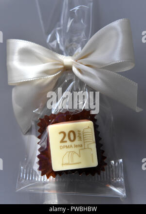 15 October 2018, Thuringia, Jena: A praline for the anniversary is available for each guest of the ceremony at the Jena Office of the German Patent and Trade Mark Office. The East German branch of the Patent Office in Munich has been in existence for 20 years. The settlement was decided by the Federalism Commission in 1992. Since then, the employees have been responsible for design protection and, together with Munich, for trademark protection. The branch currently employs a total of 229 civil servants and employees. Photo: Martin Schutt/dpa-Zentralbild/dpa - Stock Photo