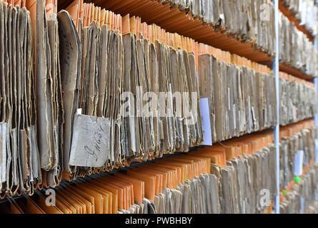 15 October 2018, Thuringia, Jena: Files hang on a shelf in the historical examiner's room of the Jena office of the German Patent and Trade Mark Office. The East German branch of the Patent Office in Munich has been in existence for 20 years. The settlement was decided by the Federalism Commission in 1992. Since then, the employees have been responsible for design protection and, together with Munich, for trademark protection. The branch currently employs a total of 229 civil servants and employees. Photo: Martin Schutt/dpa-Zentralbild/dpa - Stock Photo