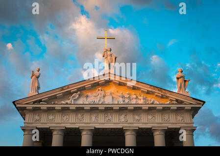 Cathedral Vilnius, sunset view of statues sited above the neoclassical pediment of the Vilnius Cathedral of St Stanislav and St Vladislav, Lithuania. - Stock Photo
