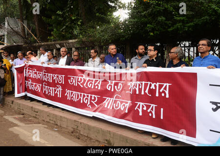 Dhaka, Bangladesh. 15th Oct 2018. Bangladesh Editors Council (print, newspaper media) hold banner reading 'Discard the anti-liberation laws of the Digital Security Act' as they form human chain in front of National Press Club in Dhaka, Bangladesh, October 15,  2018. According to the local media report the Council member press to proper amendments to nine sections of the Digital Security Act. Credit: Mamunur Rashid/Alamy Live News - Stock Photo