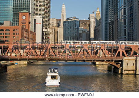The Chicago river and the 'L' for elevated metro in the Loop area. Chicago, Illinois, usa - Stock Photo