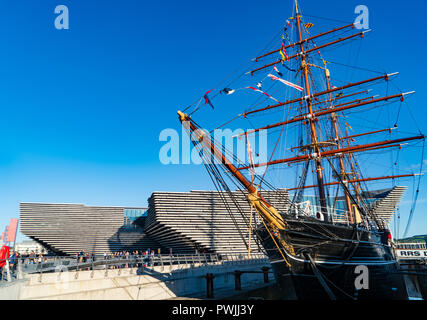 View of newly completed V&A Museum of Design and RRS Discovery ship in Dundee, Tayside, Scotland. Architect Kengo Kuma & Associates - Stock Photo