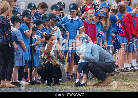 The Duke and Duchess of Sussex are greeted by schoolchildren as they arrive at Dubbo City Regional Airport, in Dubbo, New South Wales, on the second day of the royal couple's visit to Australia. - Stock Photo