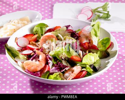 A colourful salad with shrimps, strawberries and radishes - Stock Photo