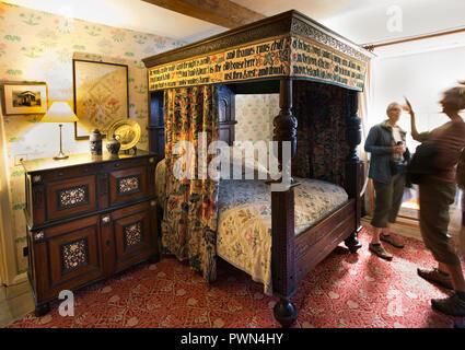 UK, England, Oxfordshire, Kelmscott Manor, William Morris' bedroom, embroidered bed textile - Stock Photo