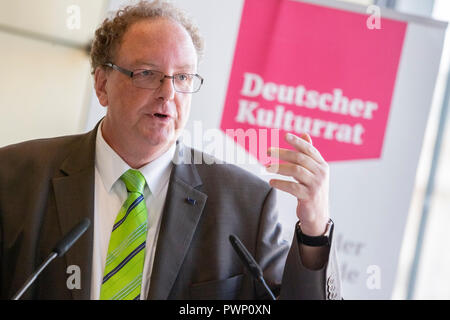 Berlin, Germany. 17th Oct, 2018. Olaf Zimmermann, Managing Director of the German Cultural Council and editor of 'Wachgeküsst - 20 Jahre neue Kulturpolitik des Bundes 1998 - 2018', speaks at the presentation of his book at the Akademie der Künste. Photo: Christoph Soeder/dpa Credit: dpa picture alliance/Alamy Live News - Stock Photo