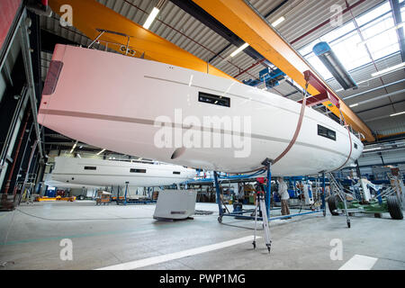 Giebelstadt, Bavaria. 17th Oct, 2018. Employees of the Bavarian boat builder Bavaria Yachtbau work on a hull in the company's production department. Credit: Daniel Karmann/dpa/Alamy Live News - Stock Photo