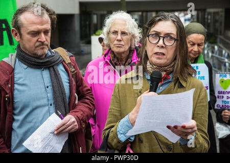 London, UK. 17th October, 2018. Leaseholder Beverley Reynolds-Logue from Manchester addresses tower block residents and supporters of grassroots campaign group Fuel Poverty Action at a protest outside the Ministry of Housing, Communities and Local Government to demand urgent action and funding to protect tower block residents both from fire and from cold. A letter signed by 140 signatories including MPs, councillors, trade union bodies and campaign groups focused on housing, poverty, discrimination, health, energy and climate was also presented. Credit: Mark Kerrison/Alamy Live News - Stock Photo