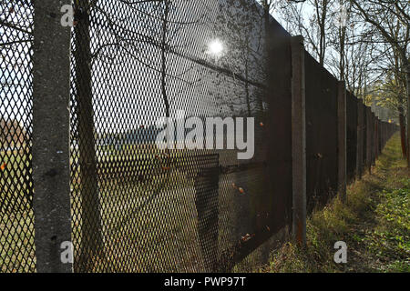 Ifta, Germany. 17th Oct, 2018. 17 October 2018, Germany, Ifta: The rest of the former border fence stands on the former inner-German border. In Thuringia, a delegation from South Korea is learning how a death strip became a protected area for plants and animals. The currently demilitarised zone between North and South Korea is 248 kilometres long and about four kilometres wide. Thuringia's Green Belt has a length of 763 kilometres, out of a total of 1400 kilometres in Germany. Credit: Martin Schutt/dpa-Zentralbild/dpa/Alamy Live News - Stock Photo