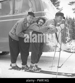 Winter in the 1940s. Two men and a woman is standing on one pair of skis.  Sweden 1947. Photo Kristoffersson ref AA36-6 - Stock Photo