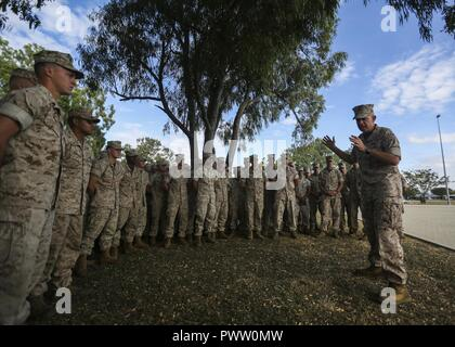 U.S. Marine Lt. Gen. David H. Berger speaks to Marines of 3rd Battalion, 4th Marine Regiment, 1st Marine Division, during a capabilities demonstration at Lavarack Barracks, Townsville, Australia, June 27, 2017. Berger is the commander of U.S. Marine Corps Forces, Pacific. - Stock Photo