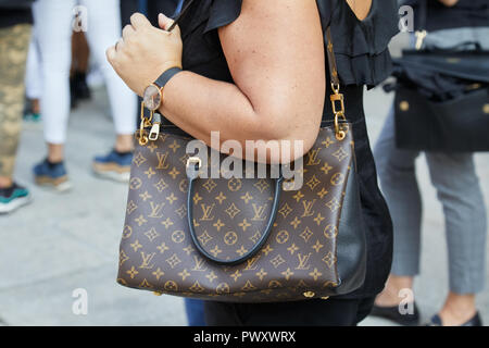 MILAN - SEPTEMBER 21  Woman with Louis Vuitton beige crocodile Stock ... ce6f55d85c631