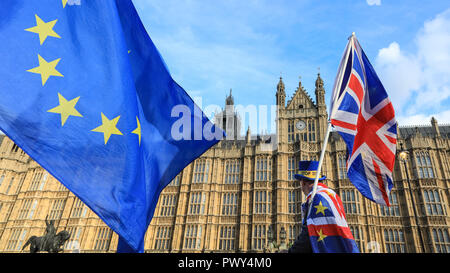 Westminster, London, UK, 18th Oct 2018. Anti-Brexit Protesters from SODEM (Stand of Defiance European Movement) protest outside Parliament, as news breaks that negotiations on a Brexit Deal have once again stalled. Their protest comes ahead of Saturday's planned large 'People's Vote' march in Central London. Credit: Imageplotter News and Sports/Alamy Live News - Stock Photo