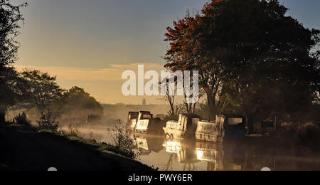 Burscough, Lancashire, UK. 18th Oct, 2018.  Mist rises from the Leeds and Liverpool Canal over the Crabtree Lane Moorings near Burscough as the sun comes up on a October autumn morning. Cw 6431  Photo image Cw 6431 Copyright Colin Wareing Credit: Colin Wareing/Alamy Live News - Stock Photo