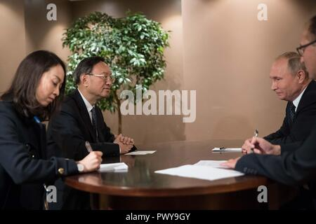 Sochi, Russia. 18th Oct, 2018. Yang Jiechi (2nd L), a member of the Political Bureau of the Communist Party of China (CPC) Central Committee and director of the Office of the Foreign Affairs Commission of the Communist Party of China (CPC) Central Committee, meets with Russian President Vladimir Putin (2nd R) in Sochi, Russia, on Oct. 18, 2018. Credit: Wu Zhuang/Xinhua/Alamy Live News - Stock Photo