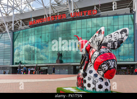 Bee United, by Joseph Venning.  One of the Bee in the City sculptures, at the Manchester United stadium, Old Trafford, Manchester, UK. - Stock Photo