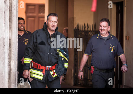 Rome, Italy. 18th Oct, 2018. firefighters, leave the building the palace ferraioli in the center of Rome near Palazzo Chigi, seat of the Italian government. on October 18, 2018 in Rome, Italy Credit: Andrea Ronchini/Pacific Press/Alamy Live News - Stock Photo