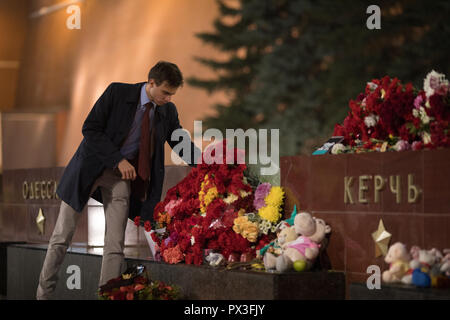 Moscow, Russia. 17th October, 2018. A man lays flowers at the WWII Hero Cities Memorial to the city of Kerch in downtown Moscow on October 18, 2018, a day after a 18-year-old student opened fire on his fellow students, leaving at least 21 people dead and dozens injured in a Crimean technical college in Kerch, Crimea. Credit: Victor Vytolskiy/Alamy Live News - Stock Photo