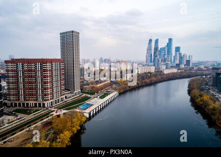 Moscow, Russia. 19th Oct, 2018. MOSCOW, RUSSIA - OCTOBER 19, 2018: Apartment blocks of the Serdtse Stolitsy [Heart of the Capital] residential complex by the Moskva River with towers of the Moscow International Business Centre in the background. Sergei Bobylev/TASS Credit: ITAR-TASS News Agency/Alamy Live News - Stock Photo