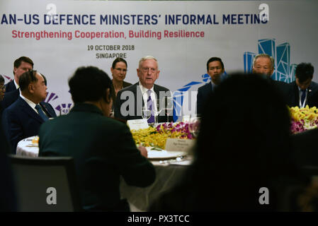 Singapore. 18th October 2018. U.S. Secretary of Defense James Mattis,center, addresses ministers at the start of the ASEAN-US Defense Ministers Informal Meeting on the sidelines of the ASEAN Defense Ministers Meeting October 19, 2018 in Singapore. Credit: Planetpix/Alamy Live News - Stock Photo