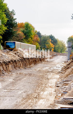 Berlin, Germany. 19th Oct, 2018. An S-Bahn runs along the future route of the Dresdner Bahn between the S-Bahn station Lichtenrade and the border Berlin-Brandenburg. (to 'Railway is driving the construction of the Dresden railway' from 20.10.2018) Credit: Christoph Soeder/dpa/Alamy Live News - Stock Photo