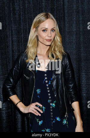 Hamilton, ON, USA. 14th Oct, 2018. 14 October 2018 - Hamilton, Ontario, Canada. Actress Laura Vandervoort (best known for her role as Supergirl on 'Smallville') at Hamilton Comic Con at the Hamilton Convention Centre by Carmen's. Photo Credit: Brent Perniac/AdMedia Credit: Brent Perniac/AdMedia/ZUMA Wire/Alamy Live News - Stock Photo