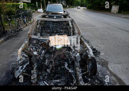 GERMANY, Hamburg, G-20 summit, riots, radicals have burned cars on the streets  / DEUTSCHLAND, Hamburg, G20 Gipfel in Hamburg, Randale, abgebrannte Autos - Stock Photo