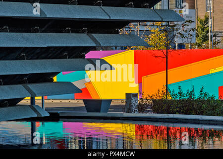 V & A MUSEUM OF DESIGN DUNDEE SCOTLAND COLOURFUL SCREENS AND REFLECTIONS IN A POOL - Stock Photo