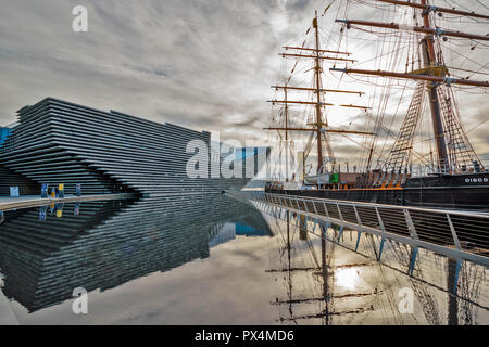 V & A MUSEUM OF DESIGN DUNDEE SCOTLAND EARLY MORNING REFLECTIONS THE BUILDING AND THE SHIP DISCOVERY - Stock Photo