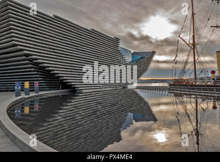 V & A MUSEUM OF DESIGN DUNDEE SCOTLAND SUNRISE IN A POOL AN EARLY AUTUMN MORNING - Stock Photo