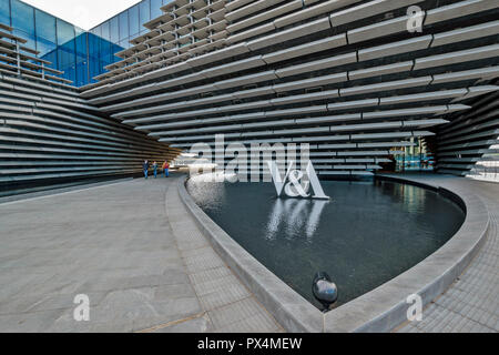 V & A MUSEUM OF DESIGN DUNDEE SCOTLAND THE ARCHWAY AND POOL WITH V AND A SIGN - Stock Photo