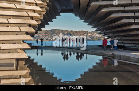 V & A MUSEUM OF DESIGN DUNDEE SCOTLAND THE ARCHWAY AND VISITORS RELECTED IN A POOL - Stock Photo