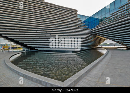 V & A MUSEUM OF DESIGN DUNDEE SCOTLAND THE ARCHWAY WINDOWS AND POOL - Stock Photo