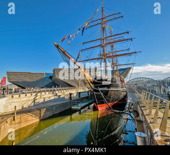 V & A MUSEUM OF DESIGN DUNDEE SCOTLAND THE BUILDING AND RSS DISCOVERY IN DOCK - Stock Photo