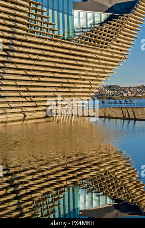 V & A MUSEUM OF DESIGN DUNDEE SCOTLAND THE PROW AND RESTAURANT WINDOWS REFLECTED IN A POOL - Stock Photo