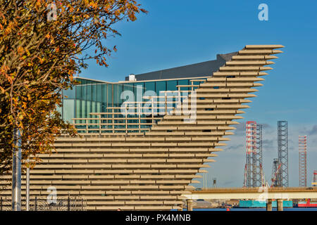 V & A MUSEUM OF DESIGN DUNDEE SCOTLAND THE PROW OVERLOOKING THE TAY ESTUARY AND TAY ROAD BRIDGE IN AUTUMN - Stock Photo