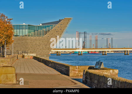 V & A MUSEUM OF DESIGN DUNDEE SCOTLAND THE PROW OVERLOOKING THE TAY ESTUARY AND WATERFRONT IN AUTUMN - Stock Photo