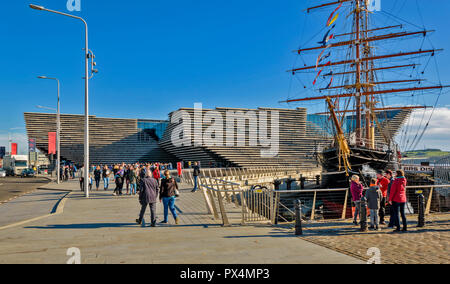 V & A MUSEUM OF DESIGN DUNDEE SCOTLAND TOURISTS OUTSIDE THE BUILDING AND RSS DISCOVERY IN DOCK - Stock Photo