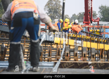 Stuttgart, Germany. 20th Oct, 2018. 20 October 2018, Germany, Stuttgart: Workers fill concrete into the shuttering of the first cup support. A total of 28 goblet columns are to be concreted for the new main station in Stuttgart. It will allow daylight to enter the later underground main station. Credit: Sebastian Gollnow/dpa/Alamy Live News - Stock Photo
