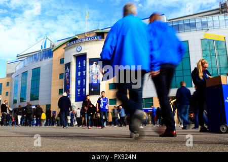 London, UK. 20th Oct, 2018. a general view as Fans make their way into Stamford Bridge prior to kick off. Premier League match, Chelsea v Manchester United at Stamford Bridge in London on Saturday 20th October 2018. this image may only be used for Editorial purposes. Editorial use only, license required for commercial use. No use in betting, games or a single club/league/player publications. pic by Steffan Bowen/ Credit: Andrew Orchard sports photography/Alamy Live News - Stock Photo