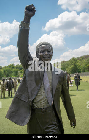 Pretoria, South Africa, 20 October, 2018. A sculpture of former President Nelson Mandela. The artwork forms part of The Long March to Freedom National Heritage Monument, in Pretoria's Groenkloof Nature Reserve. Nearby is a sculpture of Walter and Albertina Sisulu, who would have celebrated her 100th birthday tomorrow, 21 October. A growing project, 'The March to Freedom' comprises at present more than 50 life-size bronze sculptures of men and women who fought for South Africa's liberation from Apartheid. Credit: Eva-Lotta Jansson/Alamy Live News - Stock Photo