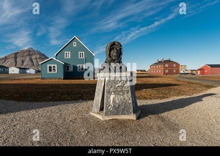 Bust of the Norwegian polar explorer Roald Amundsen, Ny-Ålesund, Spitsbergen Island, Svalbard Archipelago - Stock Photo