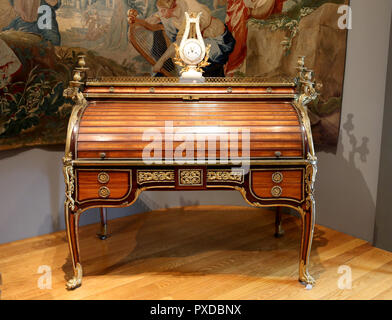 Roll Top Desk (c. 1776) attributed to the master Jean-Henri Riesener (1734-1806). Oak with rosewood, Brazilian rosewood and citronier. - Stock Photo