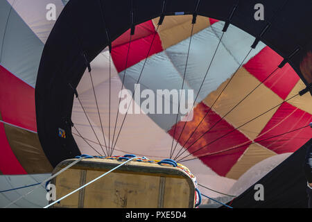 Statesville, North Carolina, USA. 21st Oct, 2018. Fans enjoy the hot air balloon launch at the Carolina BalloonFest 2018 at Statesville Regional Airport in Statesville, NC. Credit: Walter G Arce Sr Asp Inc/ASP/ZUMA Wire/Alamy Live News - Stock Photo