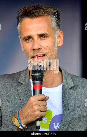 Richard Bacon acting as comperes at the People's Vote March in support of a second Brexit referendum, London, 20th October 2018 - Stock Photo