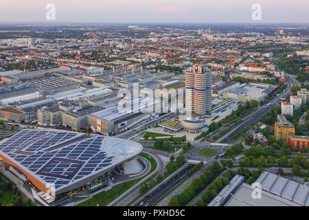 Blick auf die BMW-Welt und Hauptverwaltung 'BMW-Vierzylinder', München, Bayern, Deutschland, Europa, Look at the BMW Welt and Headquarters 'BMW four-c - Stock Photo