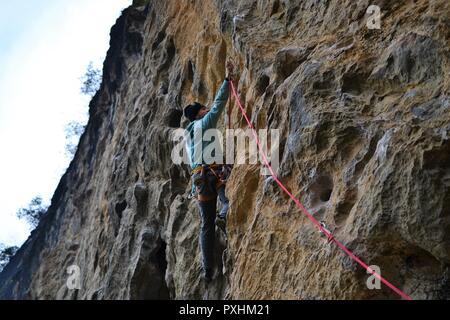 Rock climbing in Yangshuo, Guilin, Guangxi, China - Stock Photo