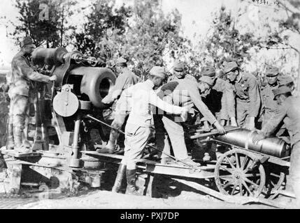 Austrians loading 30.5 cm gun. Austrian soldiers loading an artillery shell into a cannon during World War I - Stock Photo